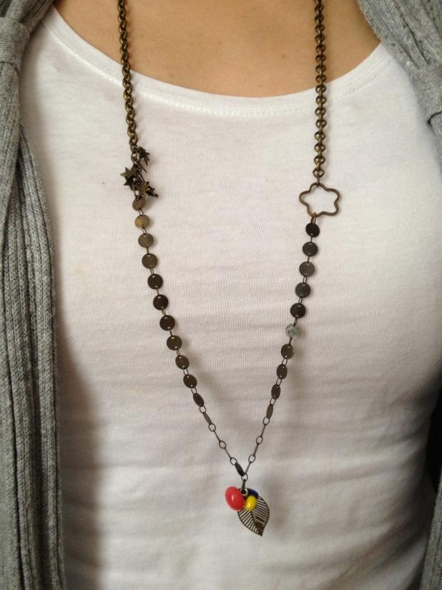 Sautoir bronze composé de différentes chaînes, breloque fleur et étoiles, boutons boules et perles (jaune, bleu roi et corail)